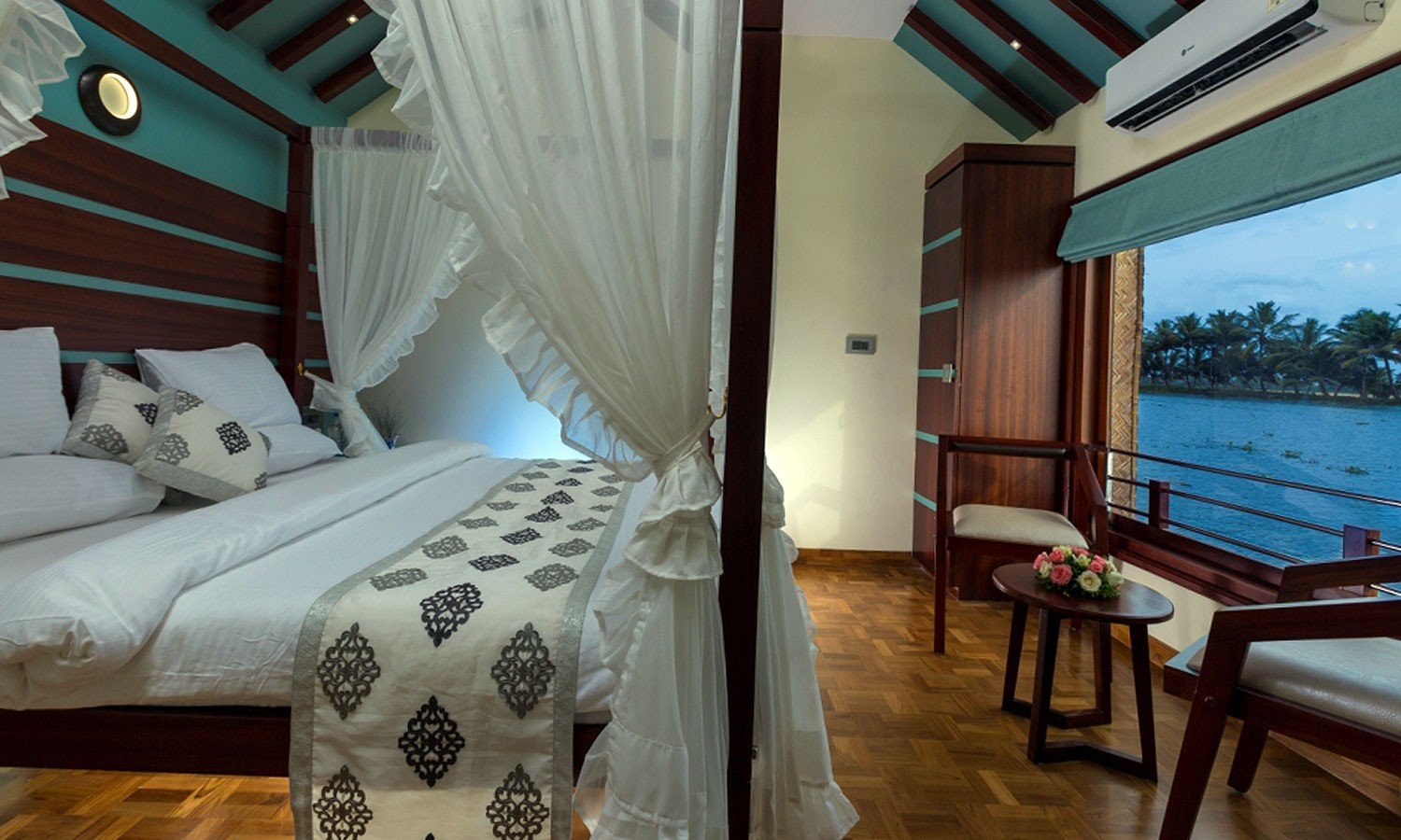 Suite Bed, Lakes & Lagoon Houseboat